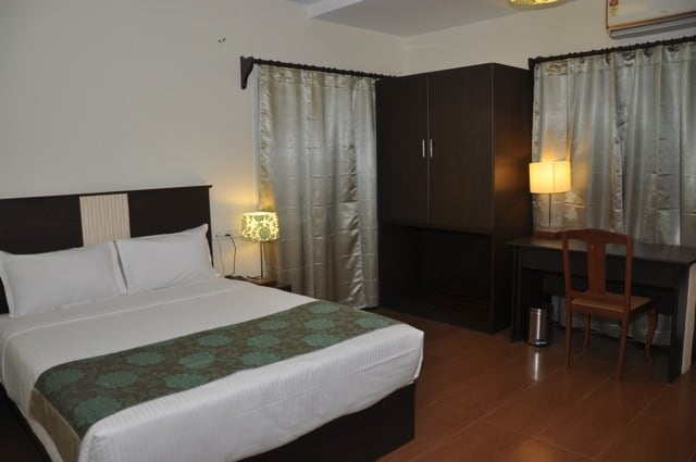 Deluxe room with queensize double bed with climate control, water heater, safe deposit locker,