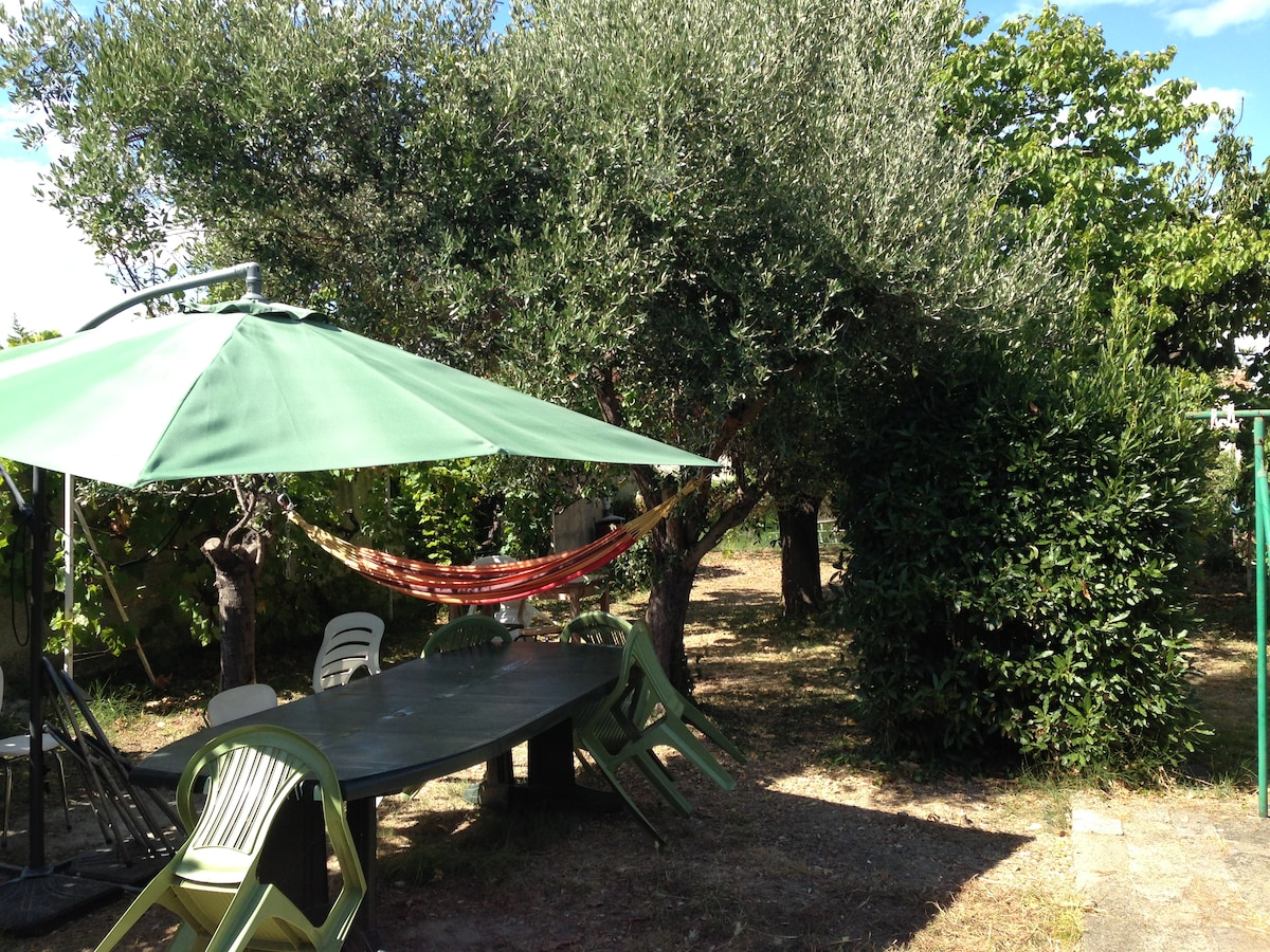 View of the back garden, with the hamac and table.