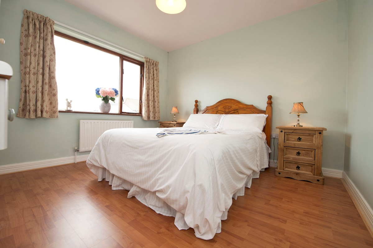 Cosy Double Room in Family Home