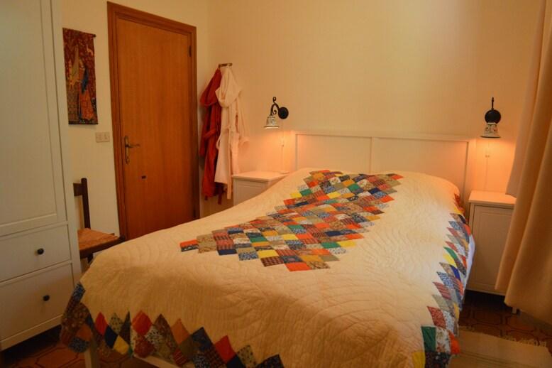 Slaapkamer met tweepersoonsbed en badkamer.