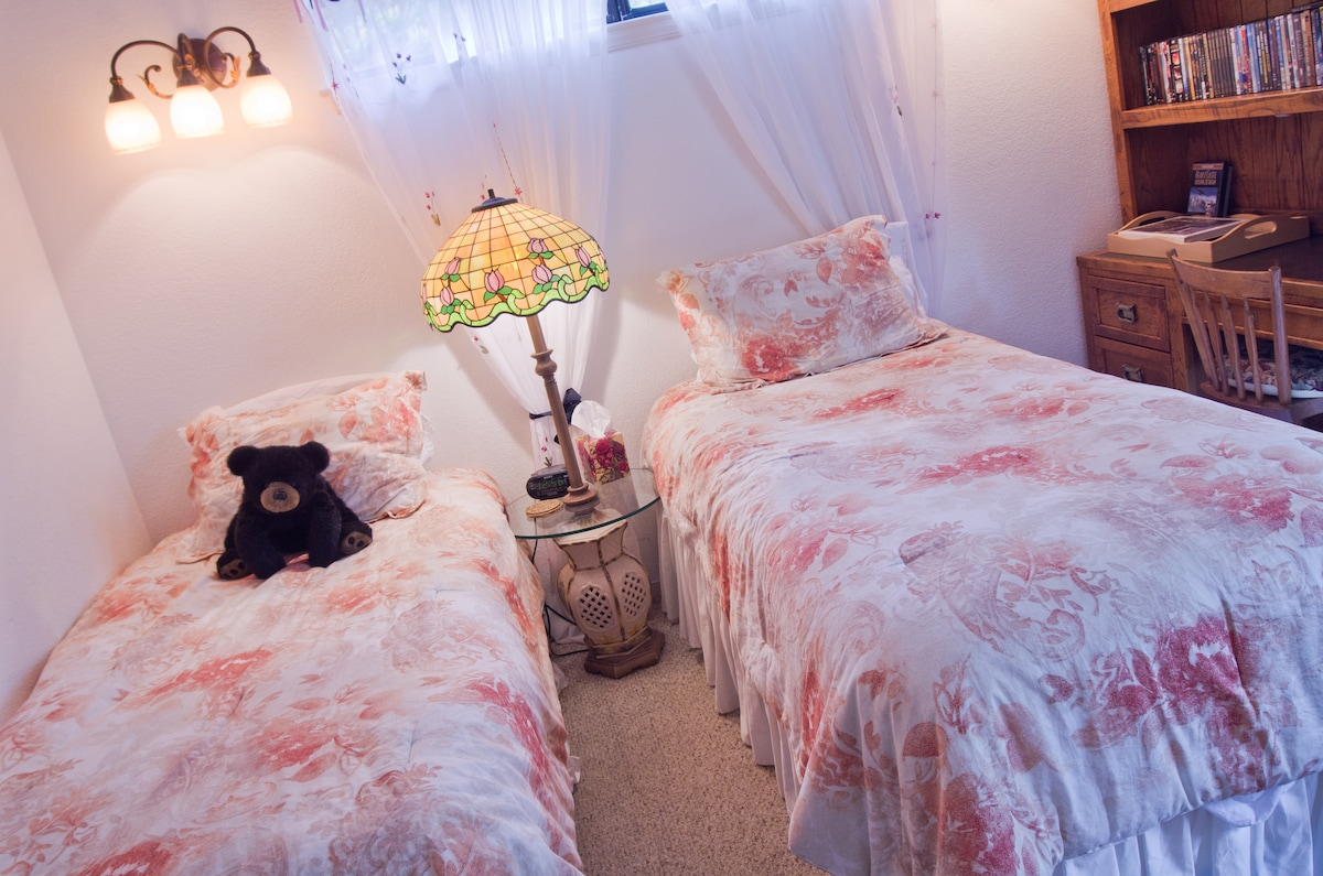Bedroom 2;  Twin Bedroom with free Wiifi, microwave oven, refrigerator and dishes.  Private entrance to deck in fenced back yard with outdoor dining and barbeque.