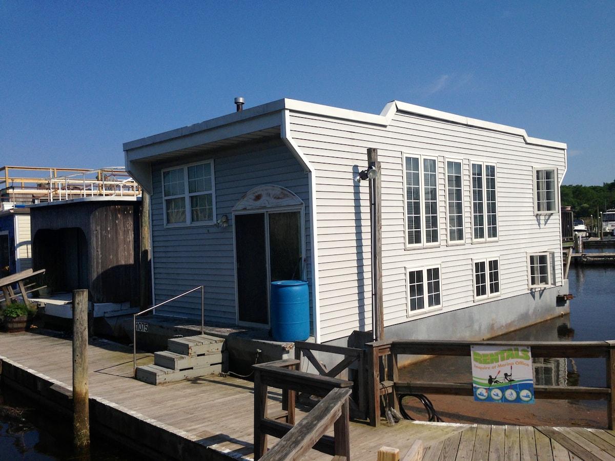 Houseboat at Treasure Cove Marina