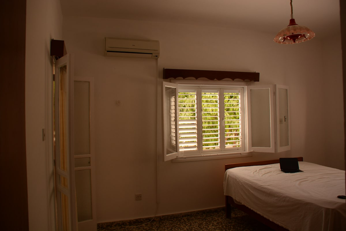 ur beautiful double bed in a big room WITH WIRELESS INTERNET ACCESS - FREE