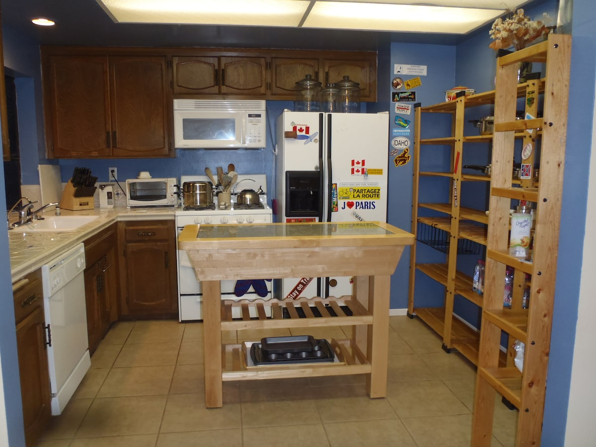 Fully stocked kitchen with gourmet coffee maker, juicer, baking and professional set of knives.