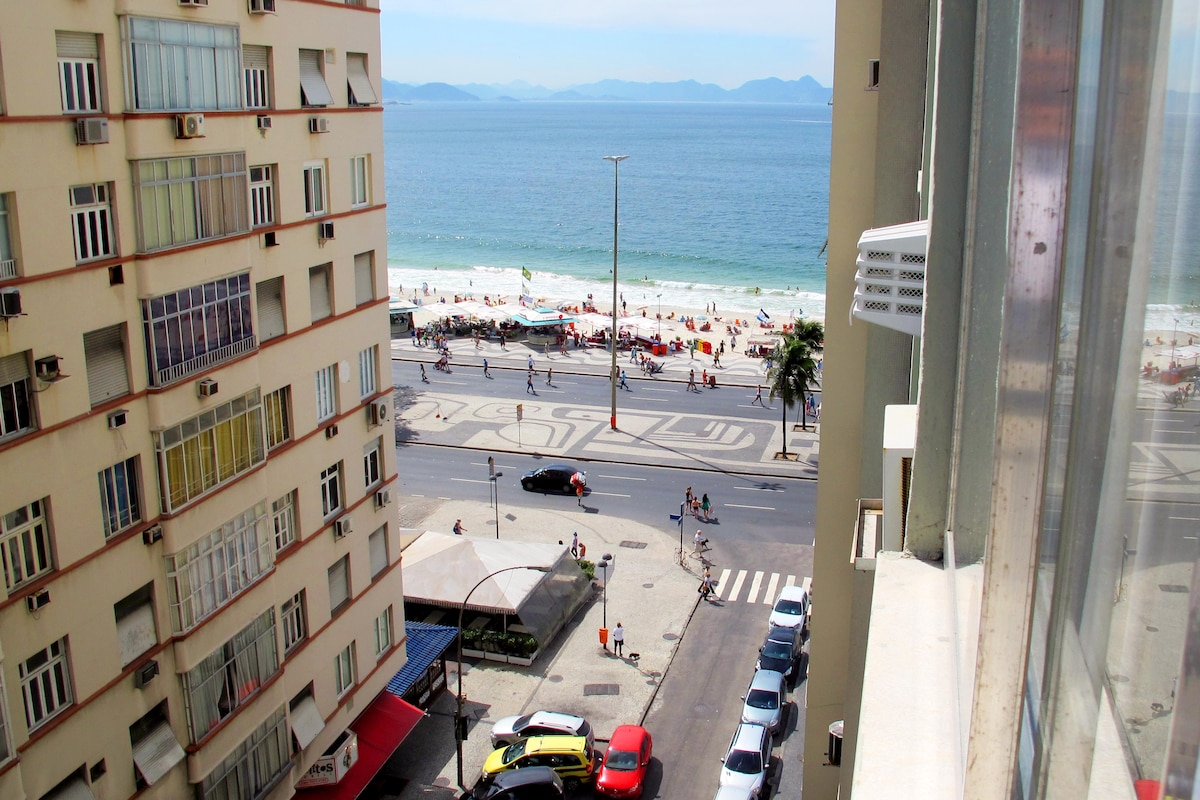 Another picture from the Beach..  You see the ;Garota de Copacabana, Bar at you left