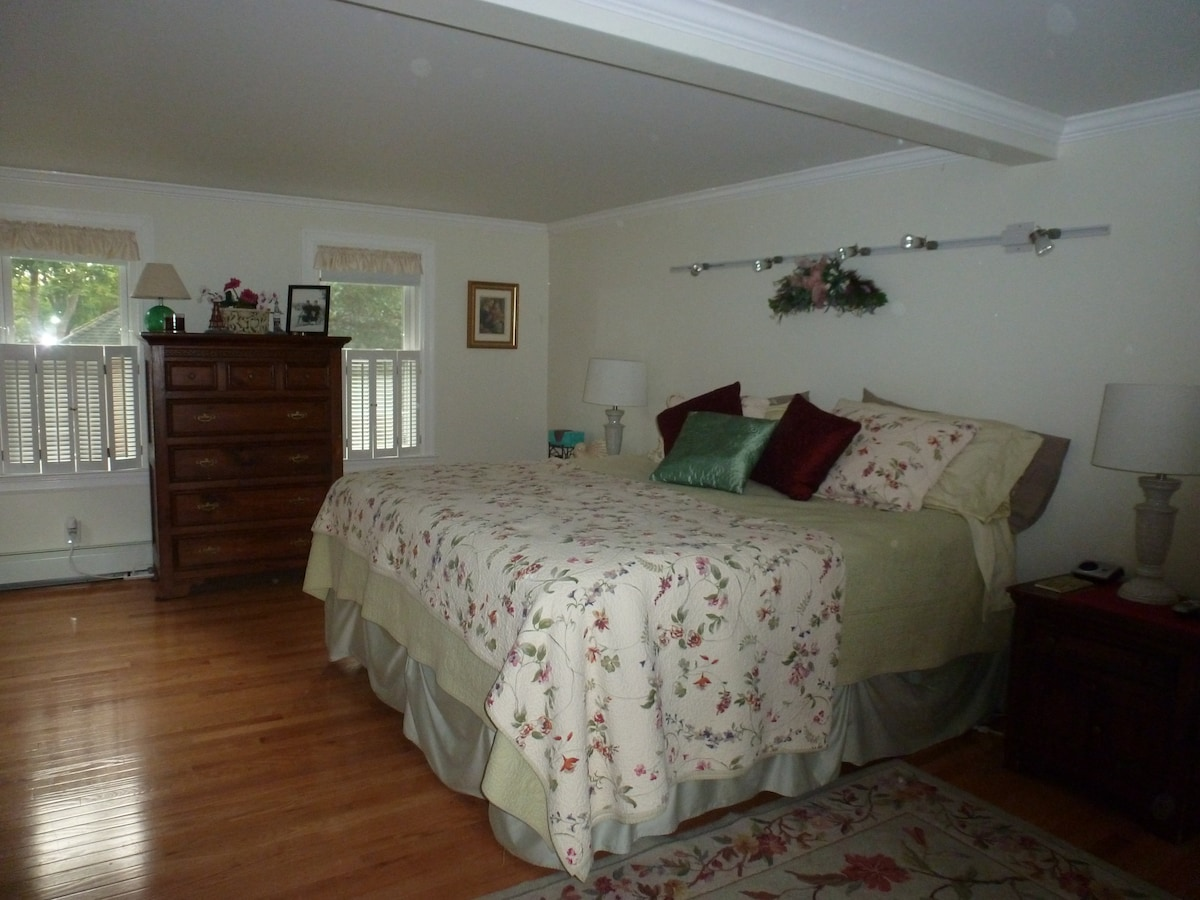 CAPE COD KING in Bourne Large Room