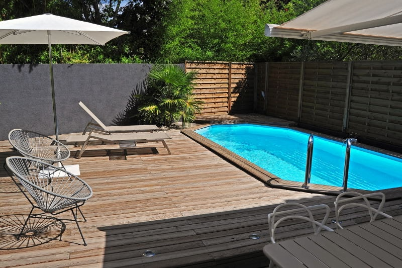 Here comes the sun! The garden with private pool, a large wooden terrace and sun lounchers...