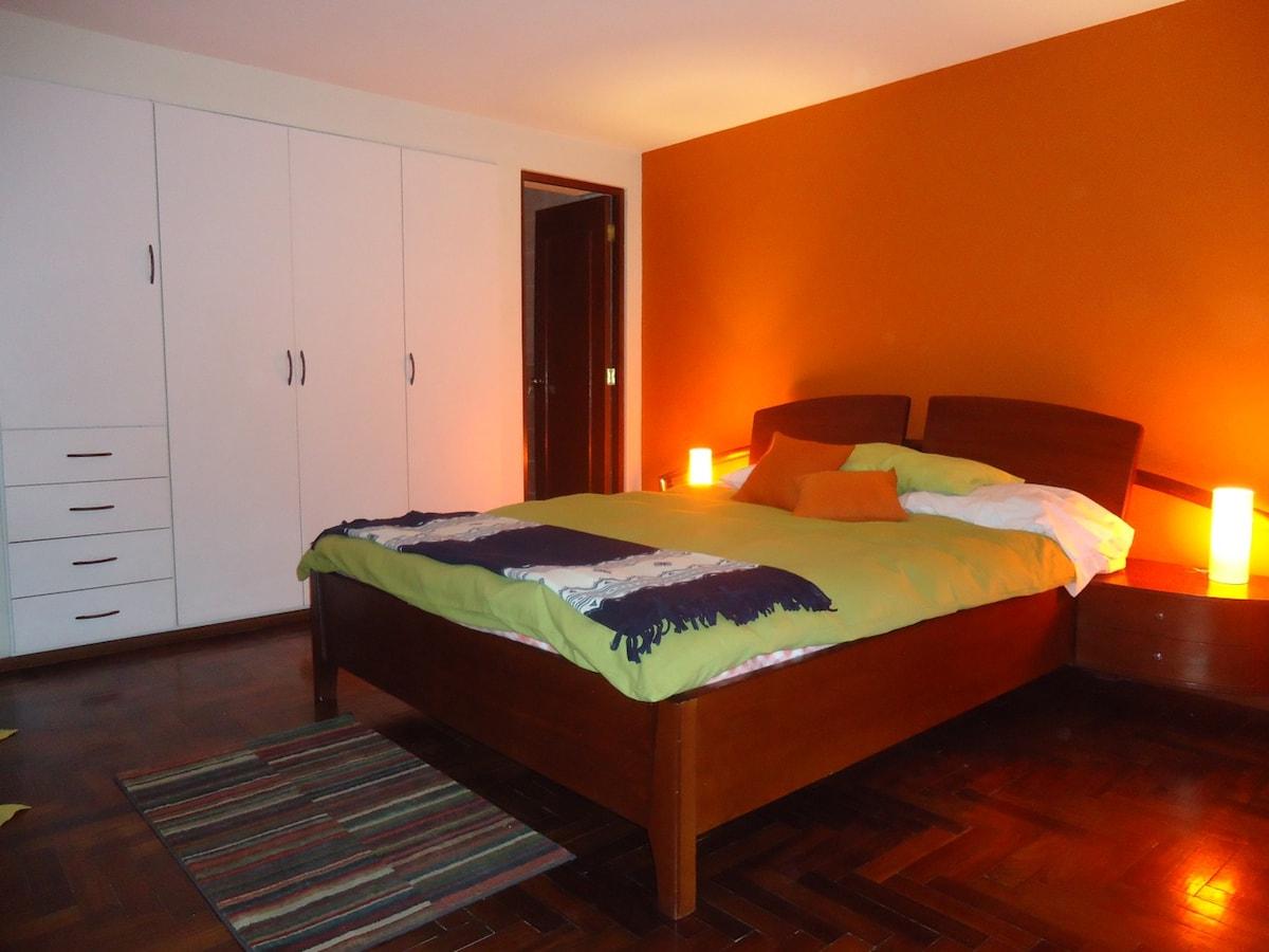 Dormitorio Principal con cama Queen. Principal room with Queen size!