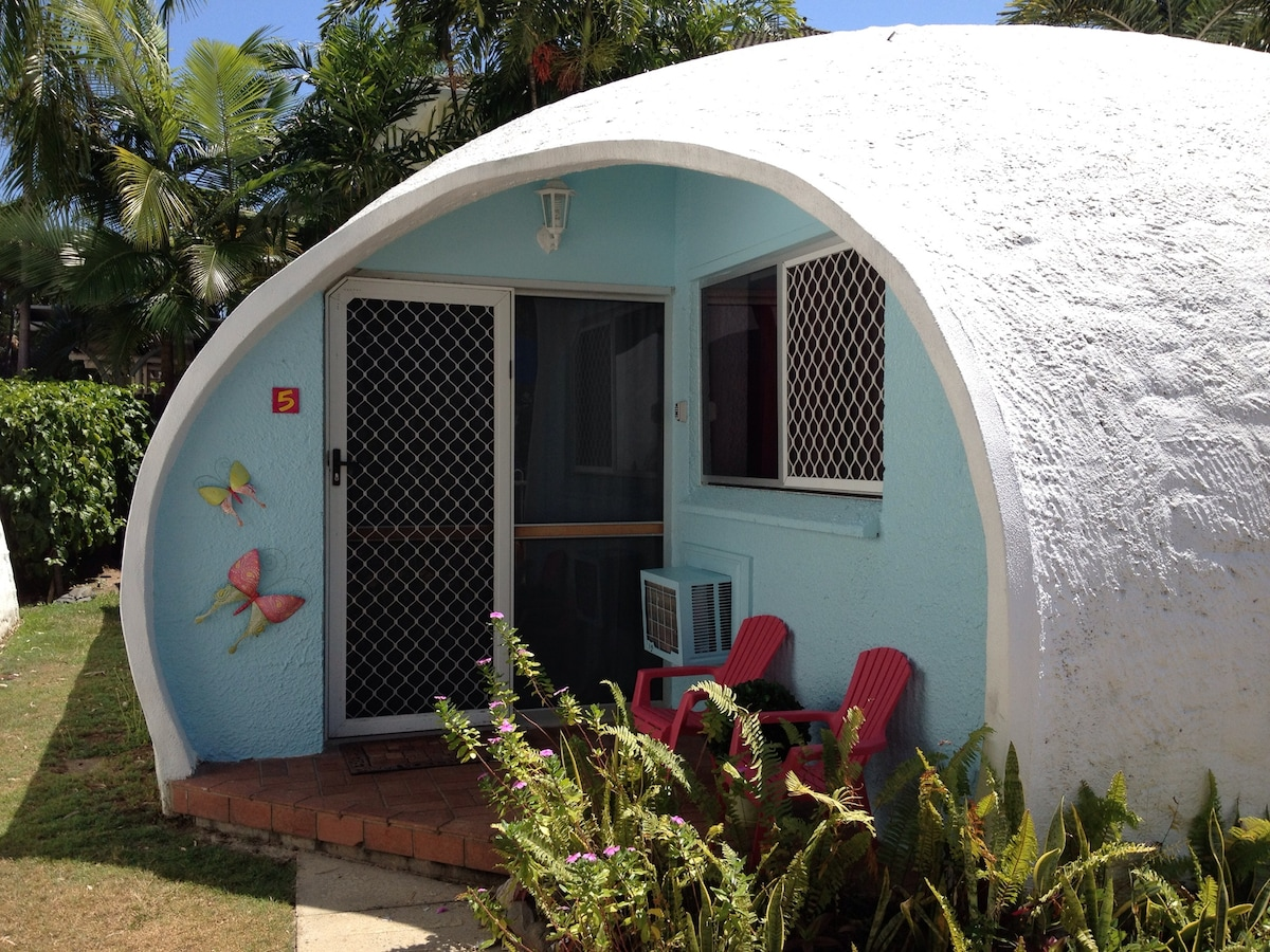 Igloo by the sea..... A unique tranquil cottage just steps from one of Cairns' most pristine beaches.