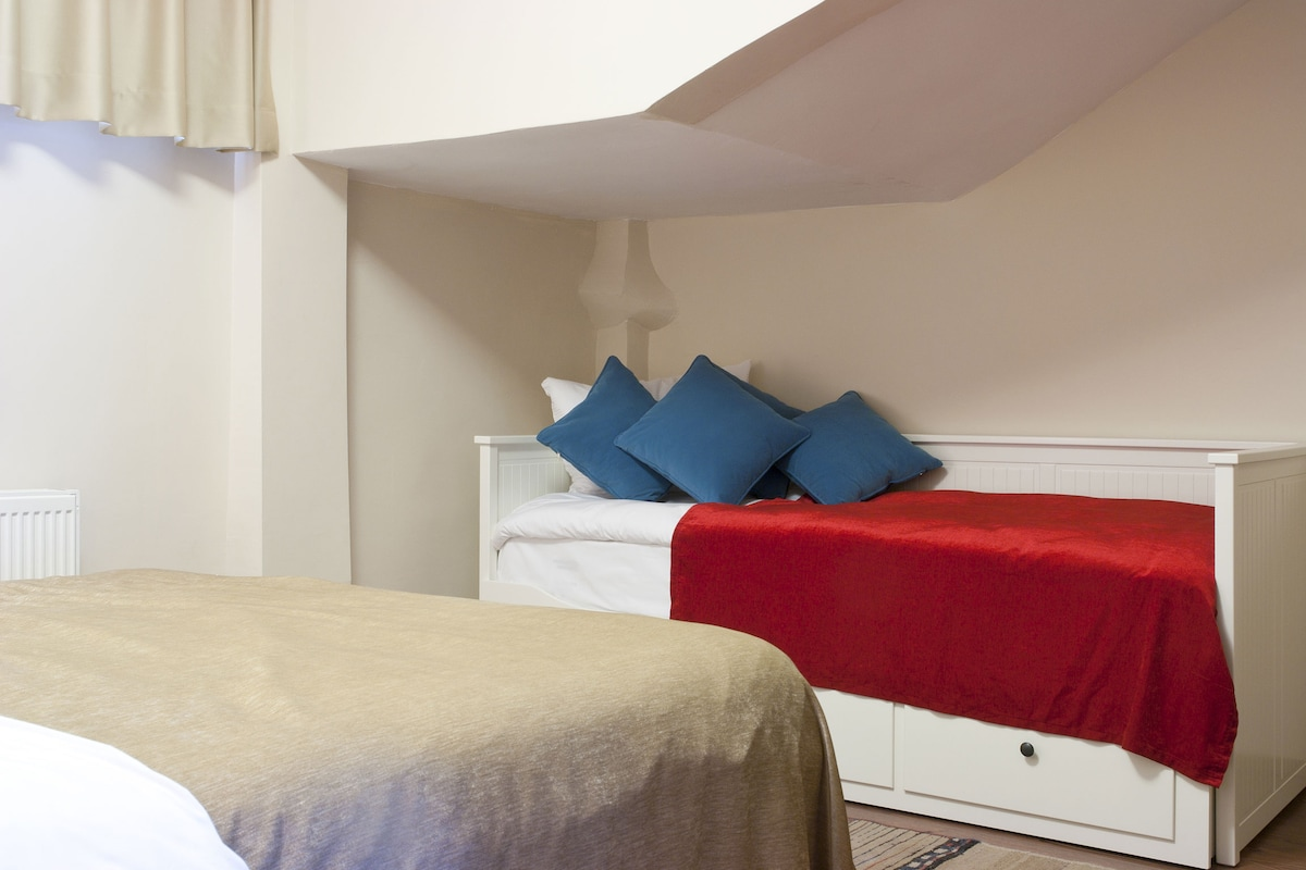 Single bed - upper level at the entrance - Didn;t you love the colors :)