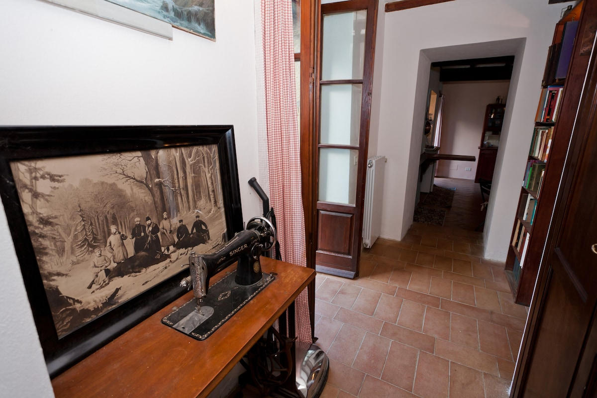 The corridor between the two rooms with the entrance of the restroom on the right (with greatgrandma sewing machine by Singer)