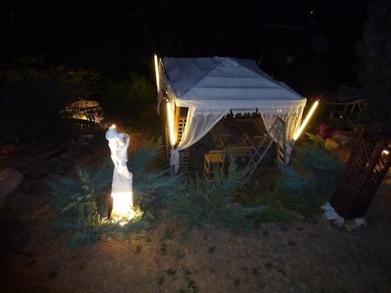vista jardín de noche