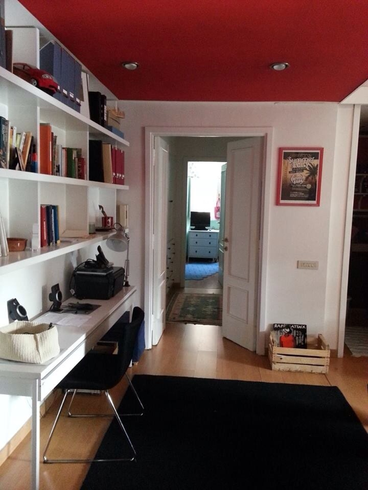 Entrance...with large  library and a wide desk   Lots of day light in the flat !!!