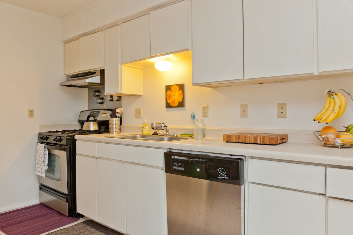 Gas stove and dishwasher. Pure filtered water in the kitchen.