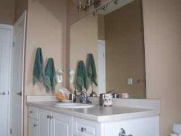 Spacious, clean vanity and sinc.  Towels provided.