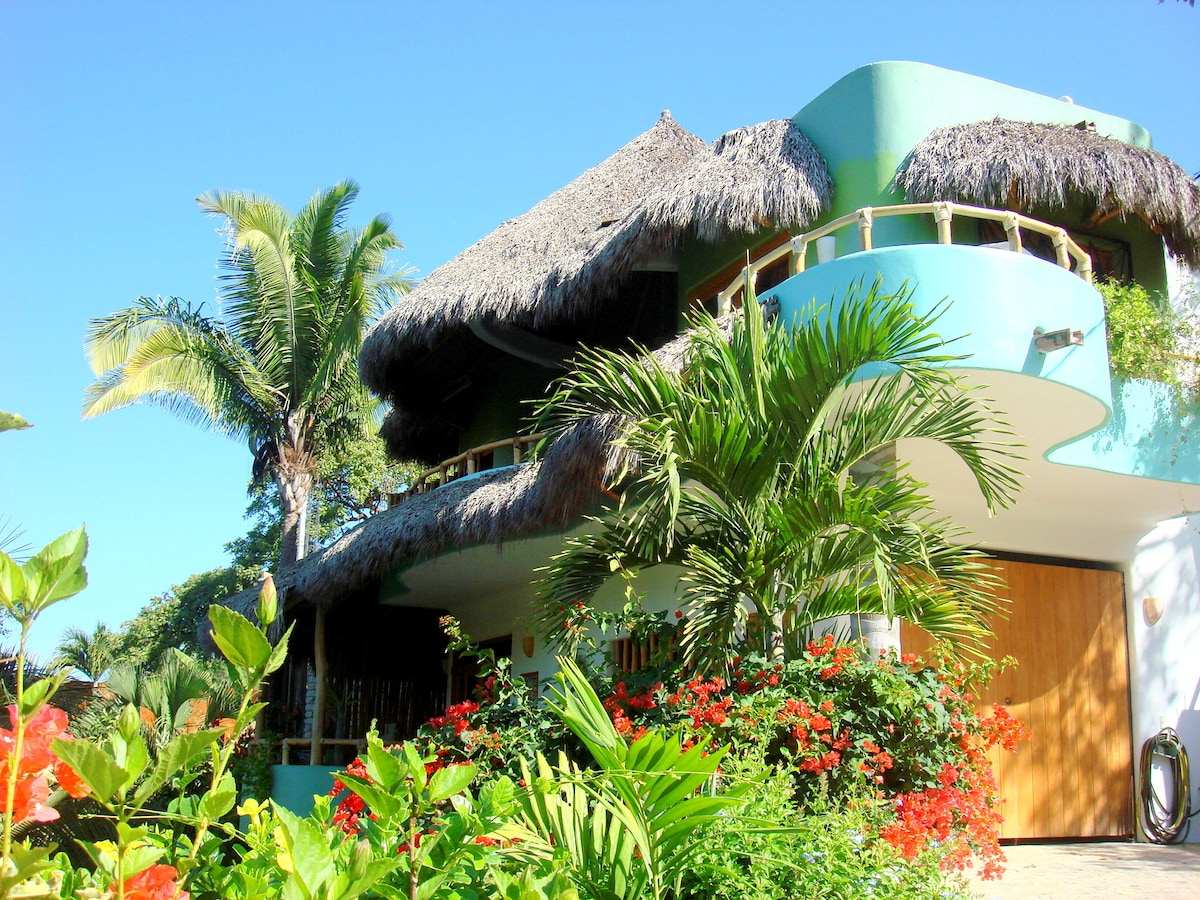 Casa Coco Ocean View One BR Home and Studio Apartment, Close to Beach and Town!