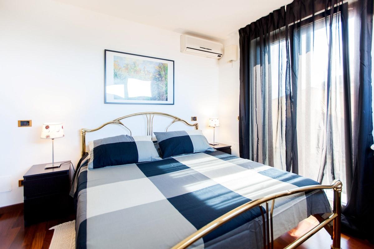 La camera da letto è esposta alla luce sue due lati con ampie finestre