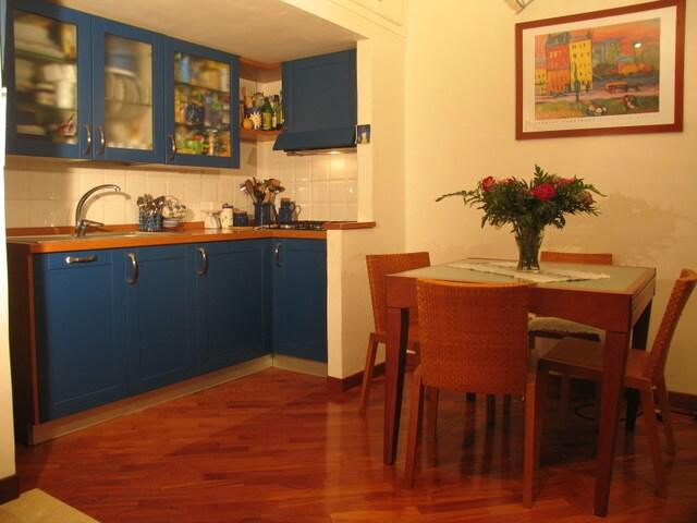 La cucina con il tavolo