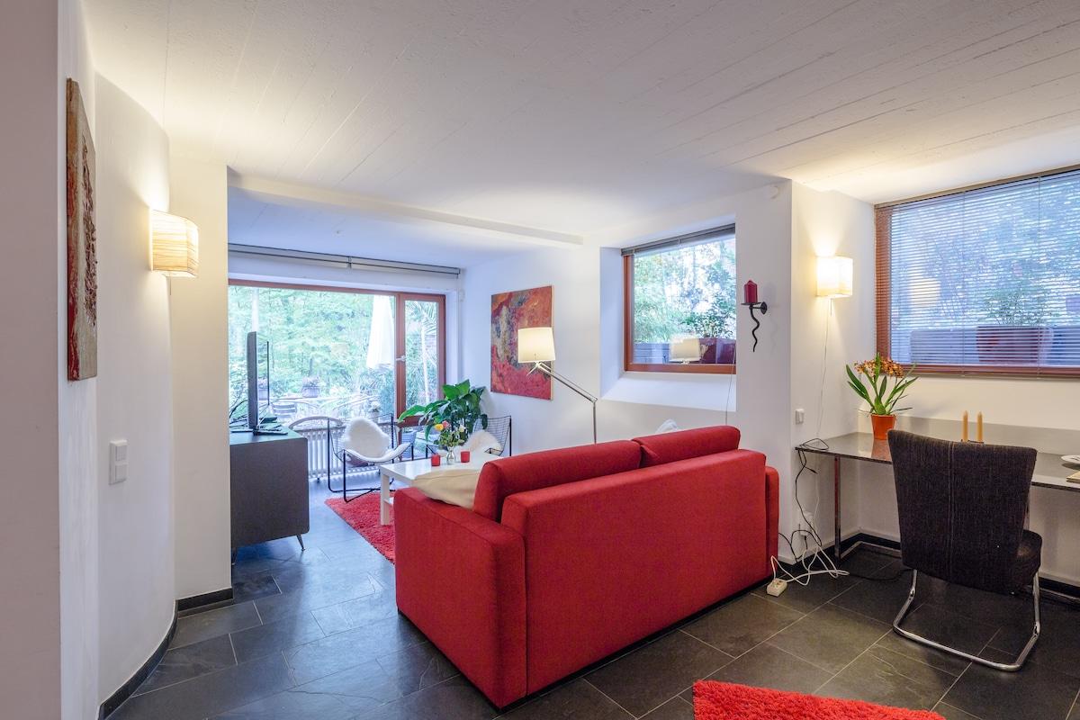Wohnzimmer mit Blick auf einen integrierten Schreibtisch