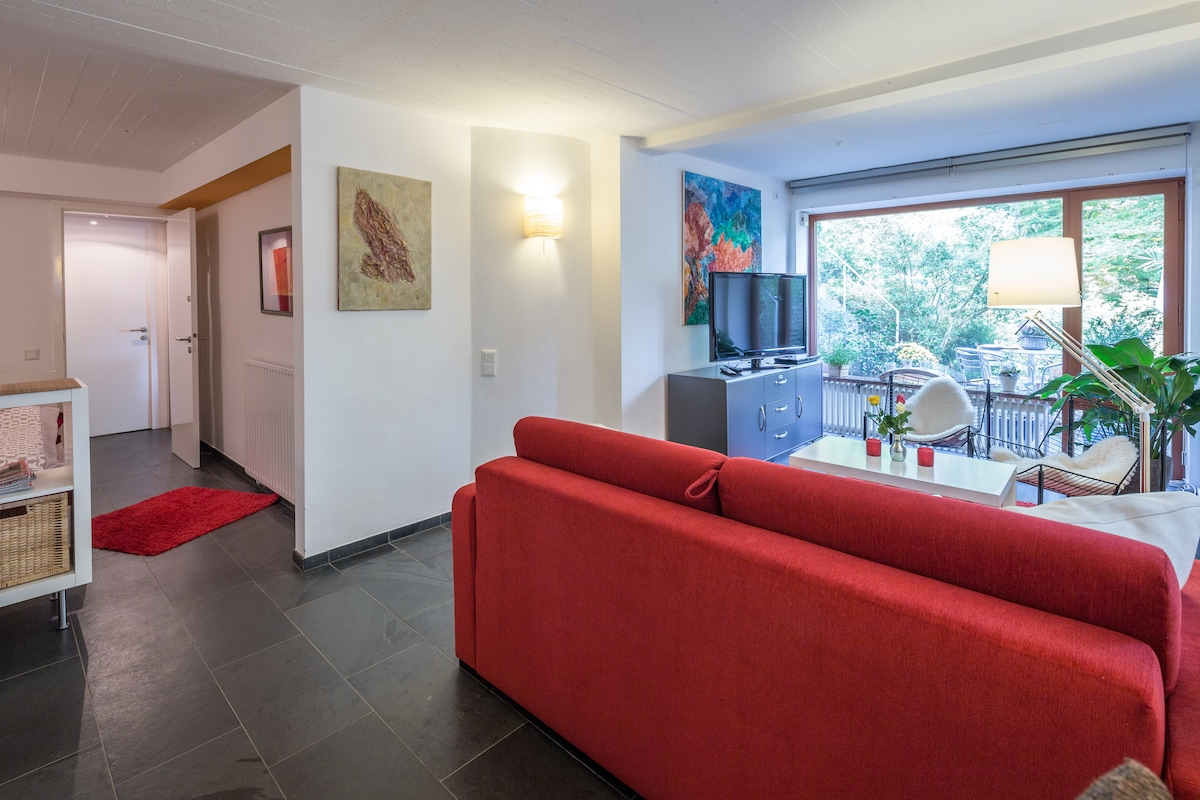 Wohnzimmer mit Blick auf den integrierten Schlafraum (links)