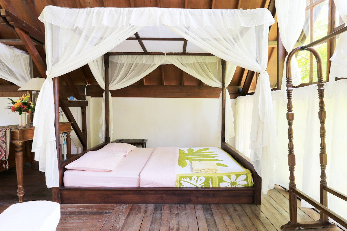 Upper Bedroom withtwo queen beds and one single, views to Lombok!