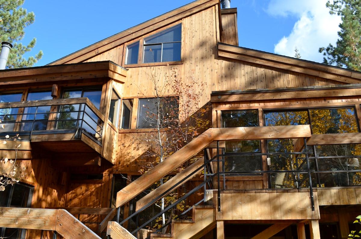 Spacious lodge-like Tahoe home - sleeps 14