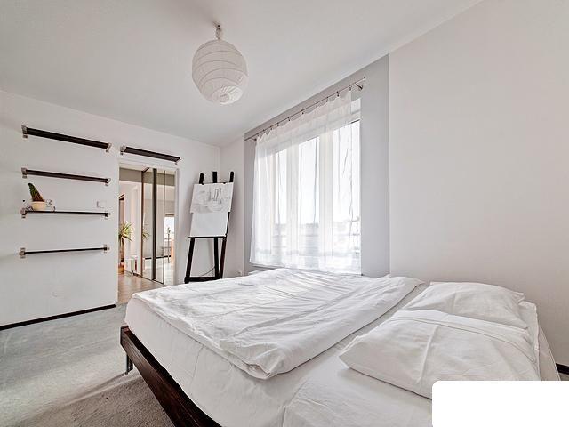 Przytulna sypialnia z dużym łóżkiem.