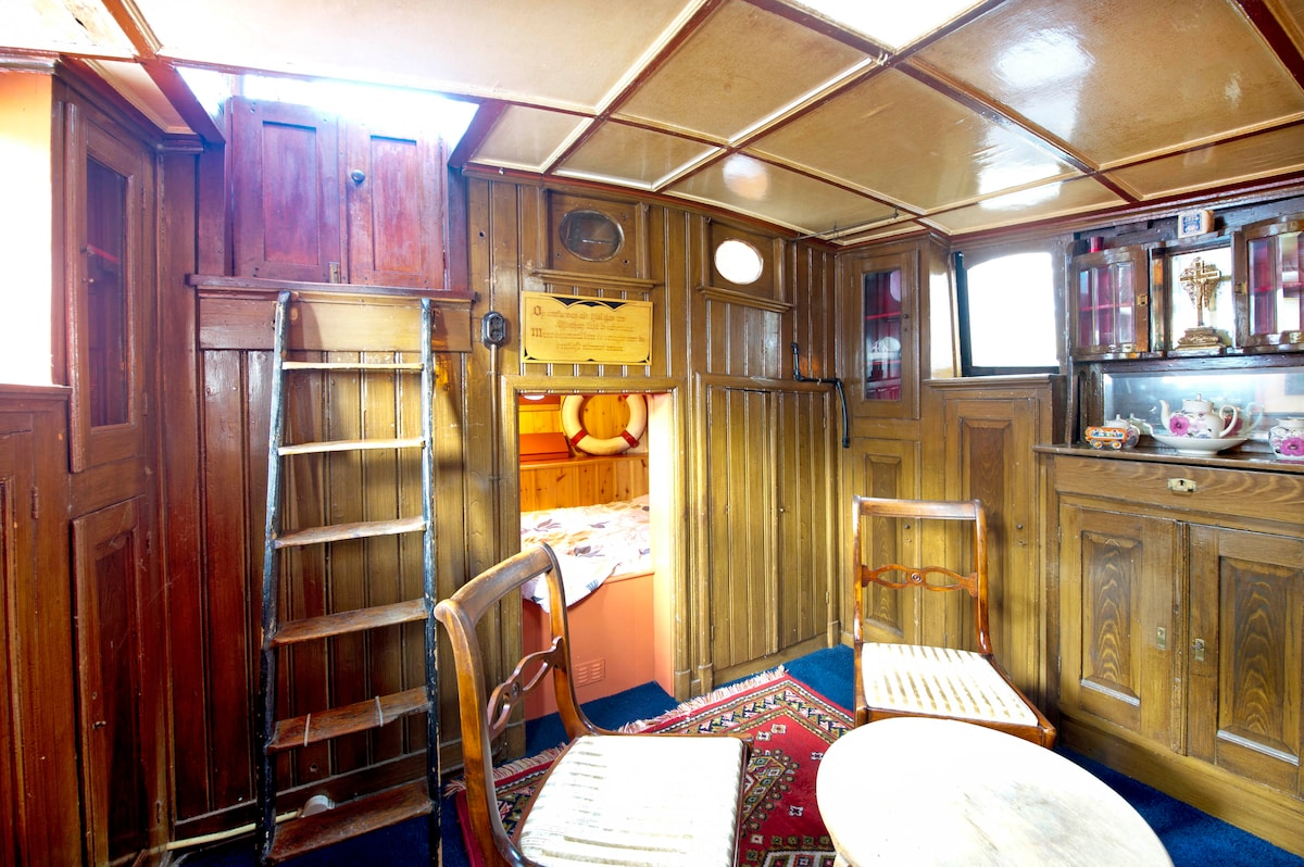 The more than 100-year old skippers-cabin..!