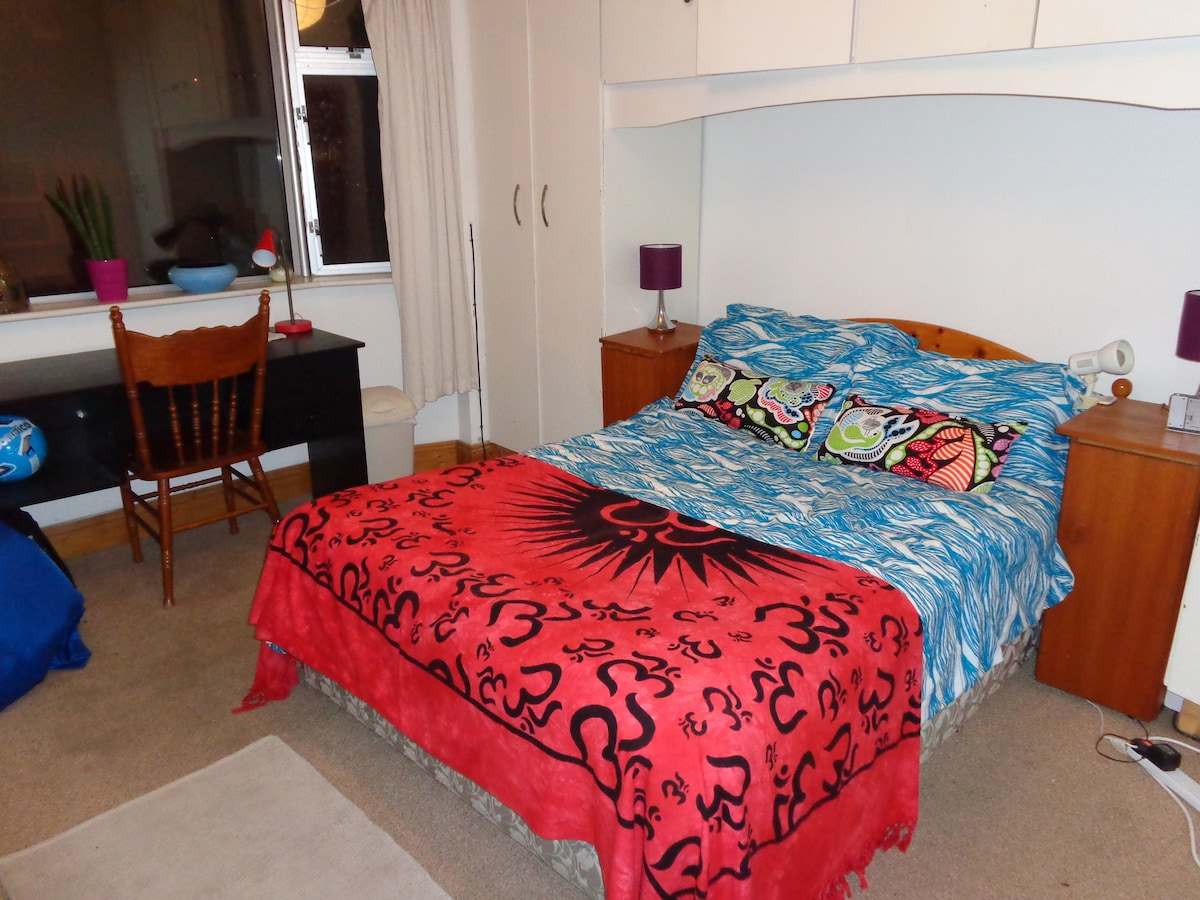 Warm comfortable bed with a desk that looks onto the main street. Fast wifi available throughout the house