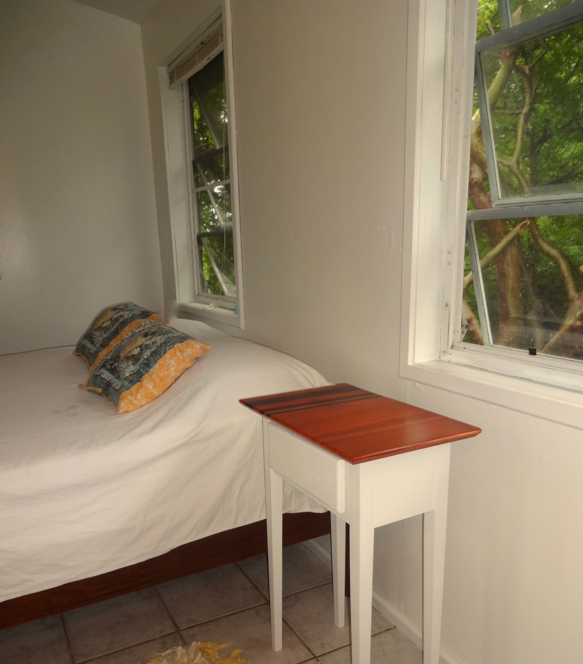 Great sheets, furniture made on site, a serene view of the trees.