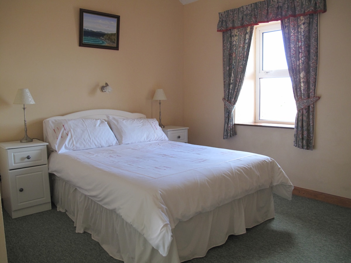 The double bedroom en suite at Green Meadows cottage.