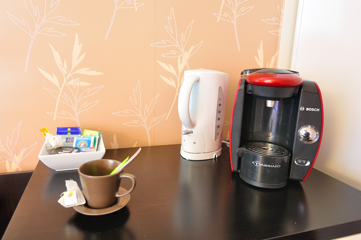 Dans la chambre, une cafetière et une bouilloire sont à votre disposition // You can use the coffee maker and the boiler in the room.