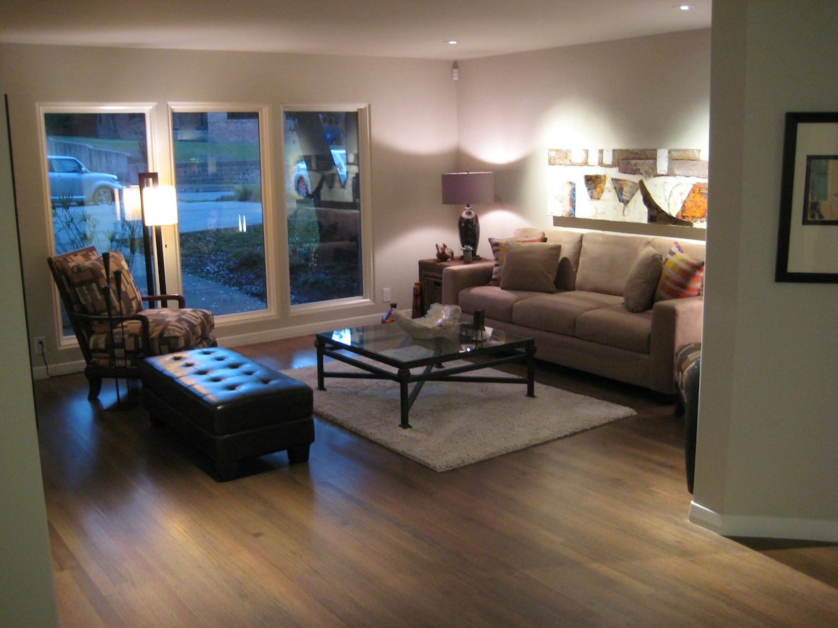 Cozy contemporary in Lakewood!