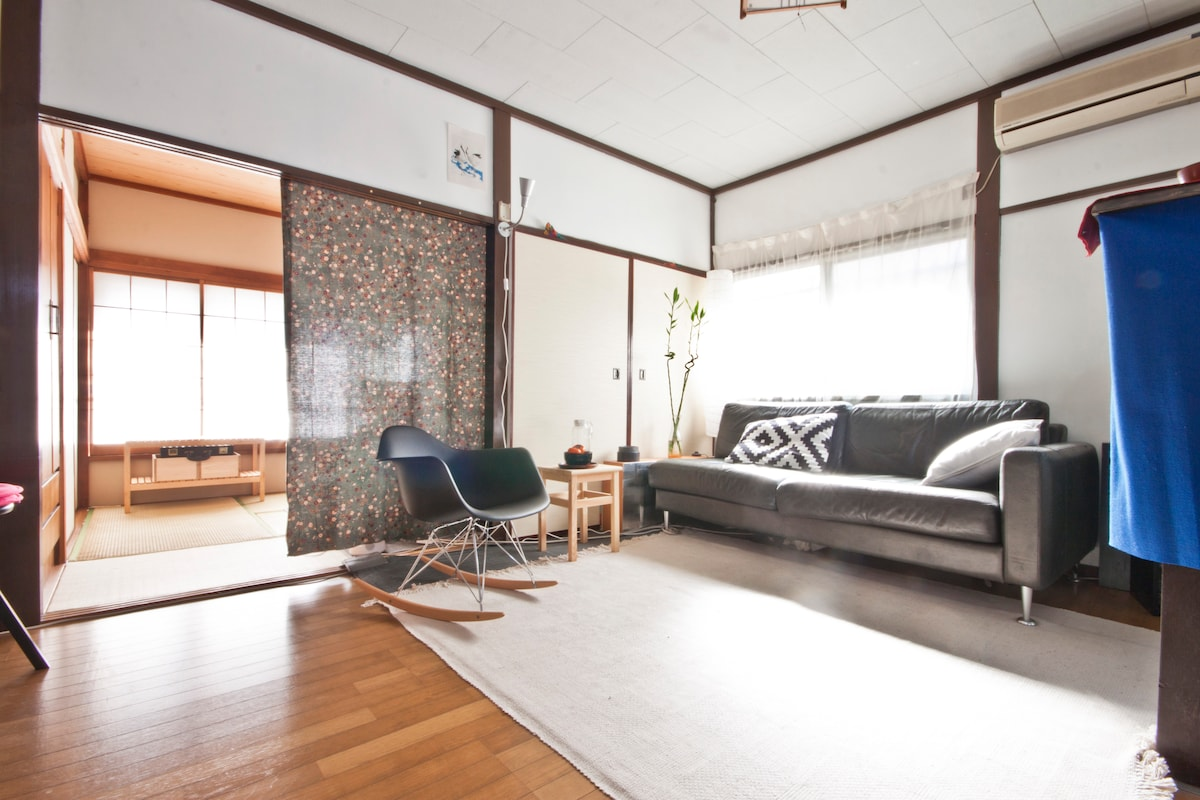 A mix of modern and Japanese aesthetics in a open-style living room.