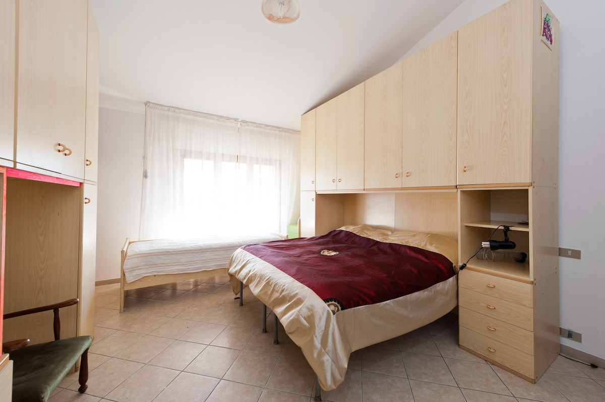 The big room with a double bed and 2 single beds