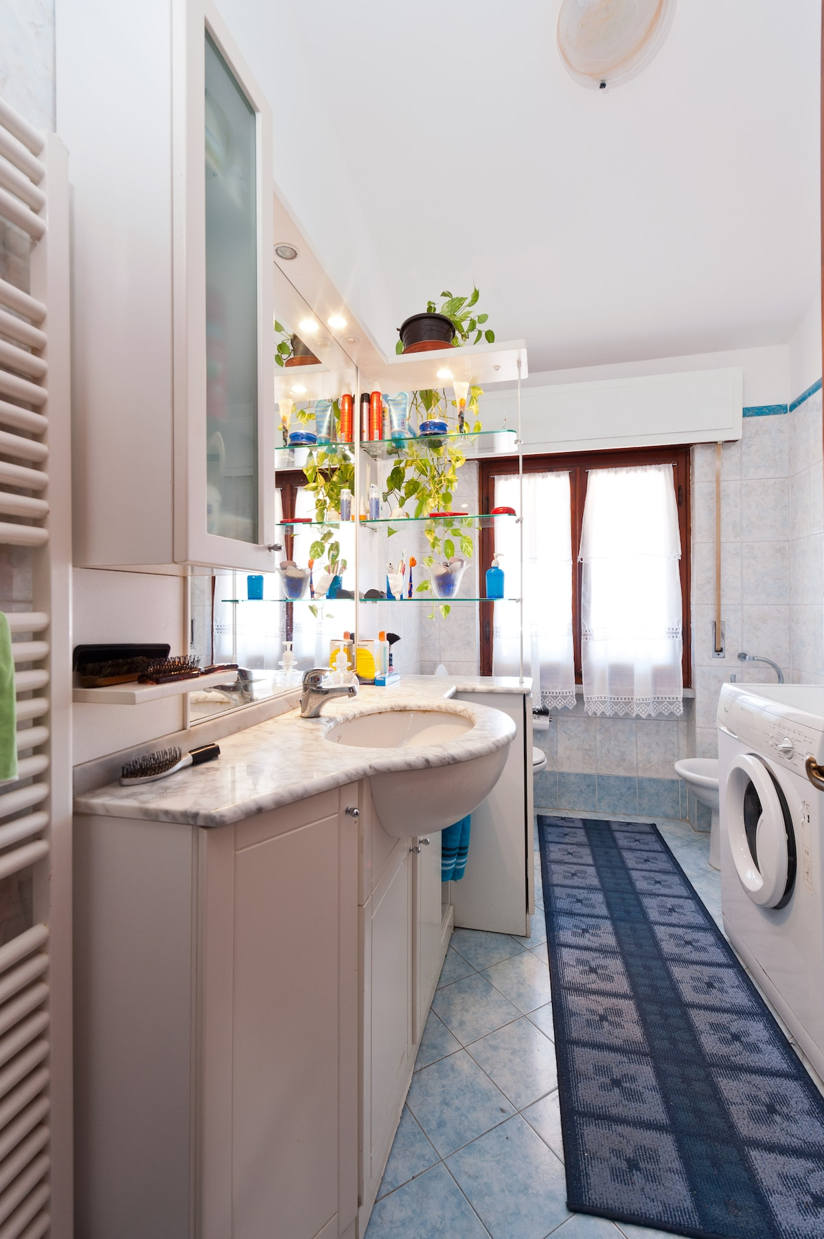 The bathroom with the posibility to use the laundry machine with an extra small fee