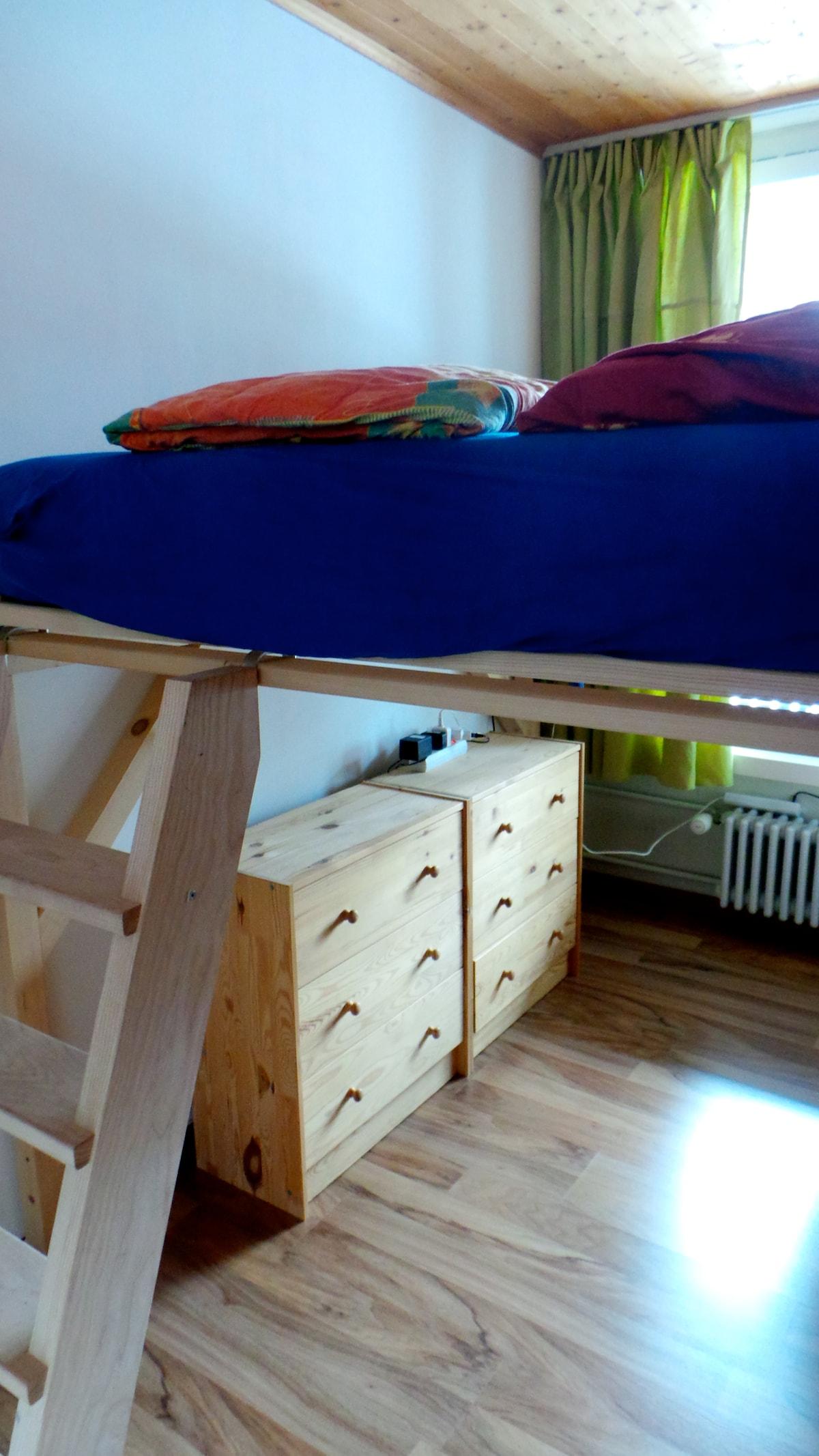 Schlafzimmer mit Hochbett (140cm)