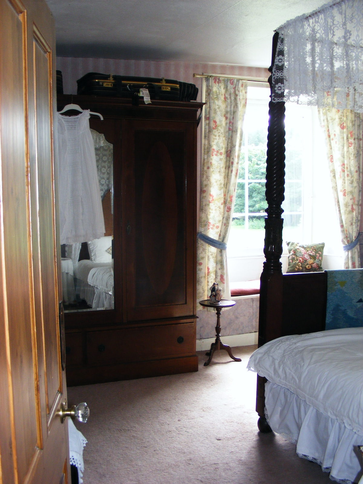 Four poster bedroom with en-suite bathroom
