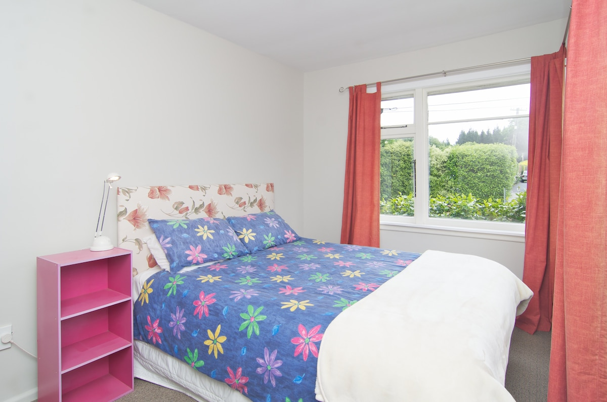 This double bed room can be booked under my other listing.