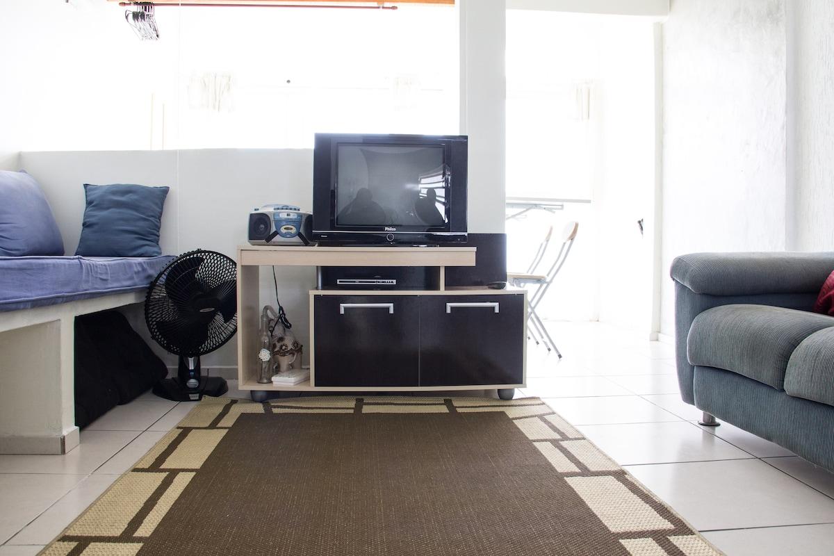 Sala ampla e arejada, com TV, DVD e rádio CD.