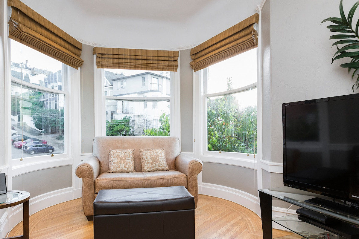 2 Bed/2 Bath Pacific Heights+View!