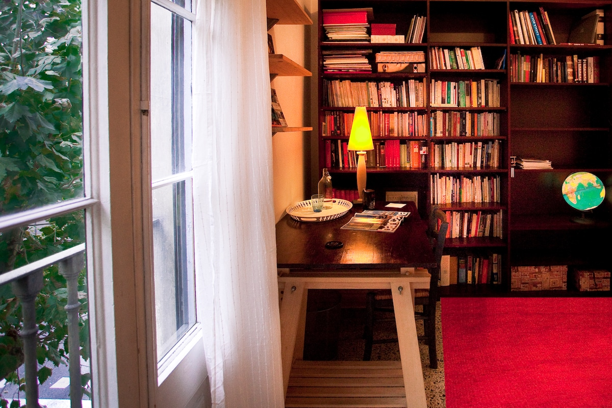the library is full of books, guides and magazines about Barcelona