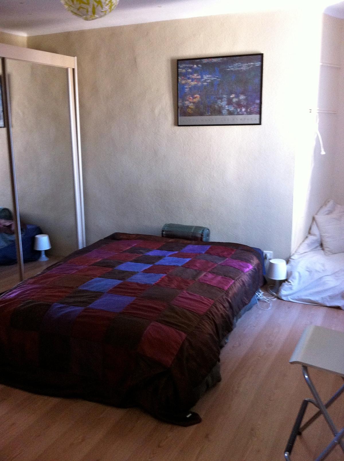 La chambre de 20m2 avec lit matrimonial et vaste penderie miroir