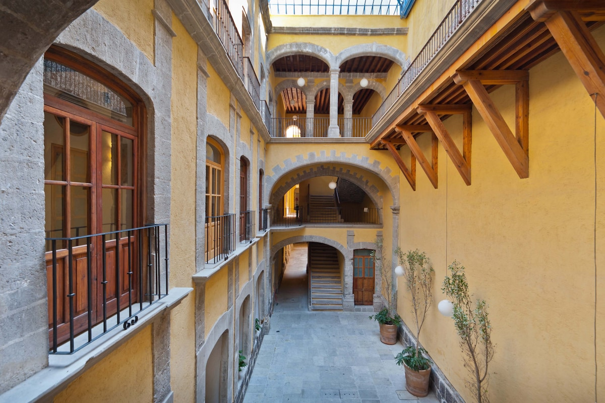 The main XVIIITh. Century courtyard, the legendary balcony apartment is in the top floor on the noble plane.