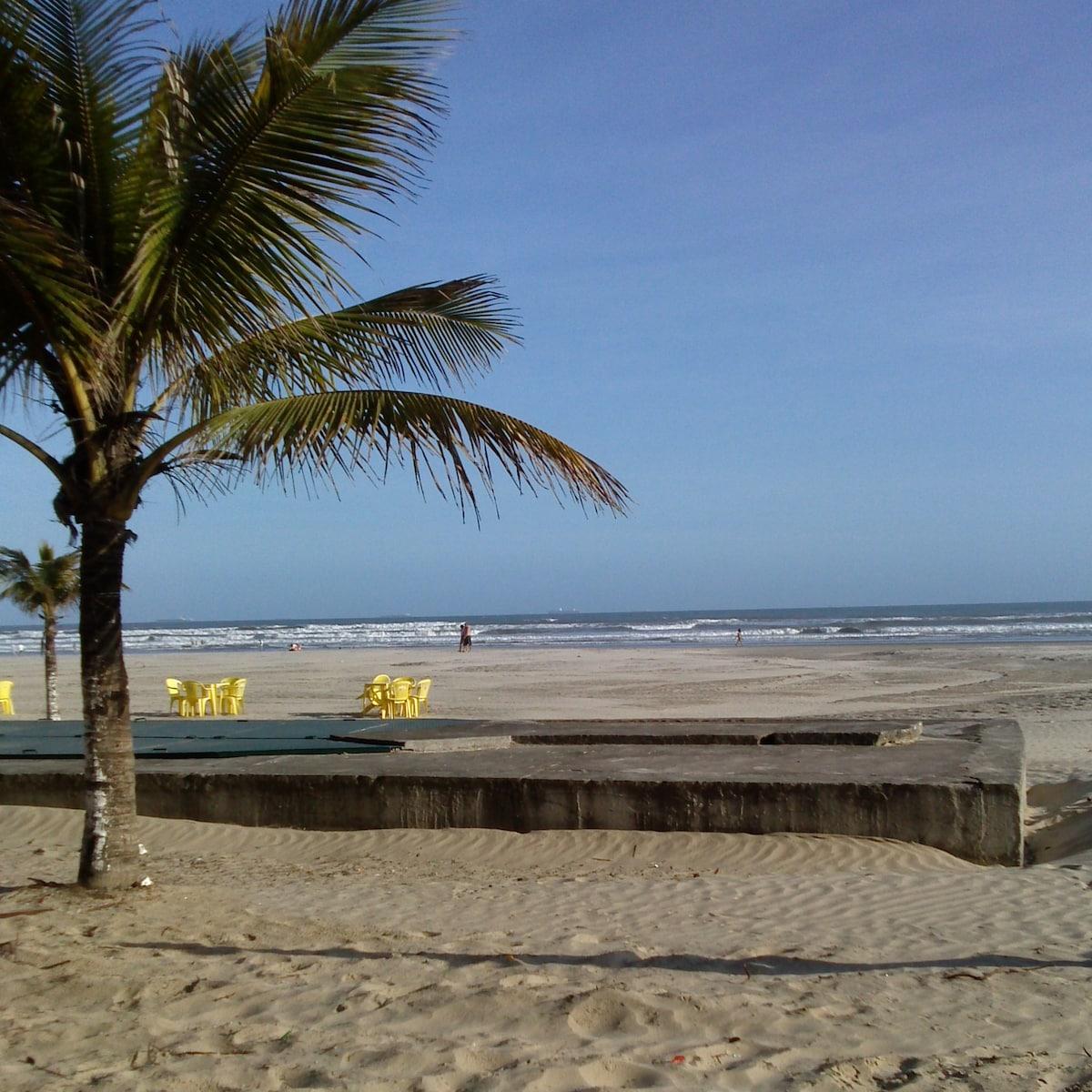 O prédio fica à 100 metros da praia. Essa é a parte da praia que fica próxima ao apartamento.