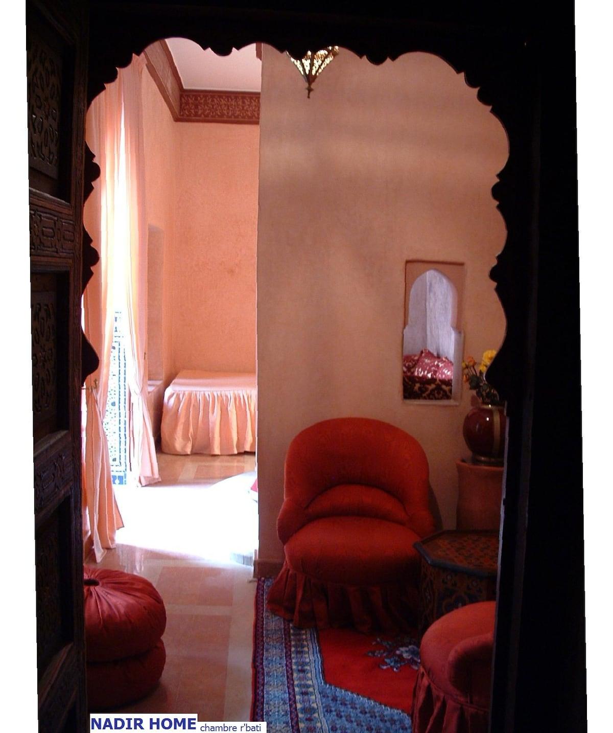 """Pour un couple, la chambre """"r'bati"""" (1 lit double, 1 canapé, petit salon, salle de bain avec baignoire, cheminée)"""
