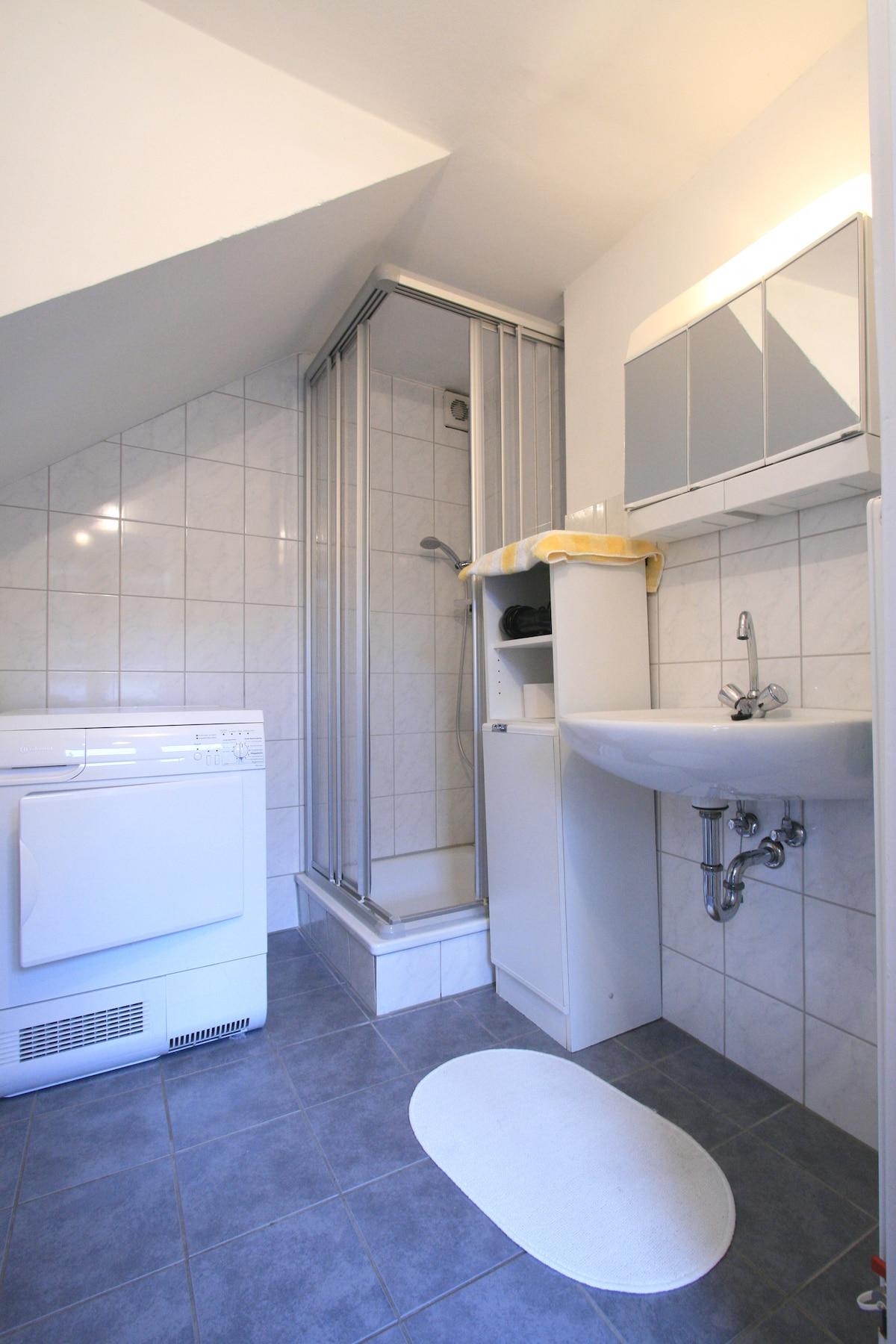 Badezimmer mit Waschmaschine und Trockner - bathroom with washing-machine and dryer