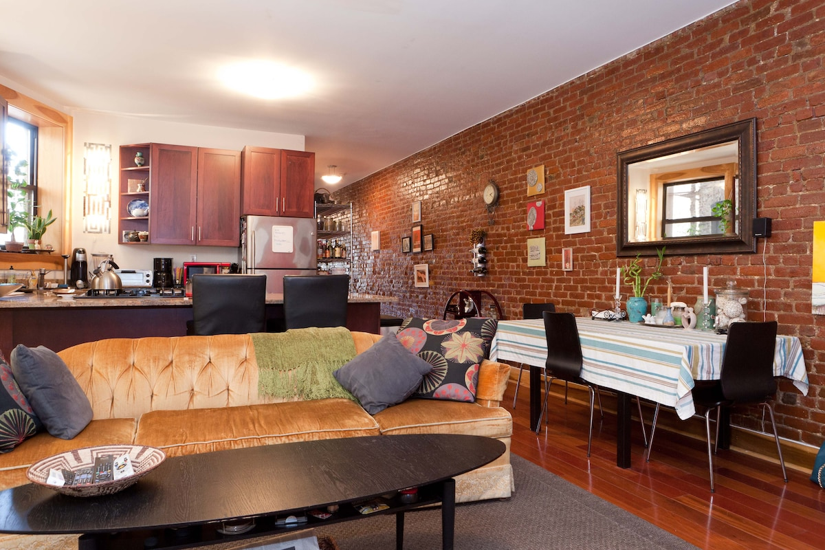 Beautiful, artistically decorated, exposed brick, natural light, and plenty of space and privacy.