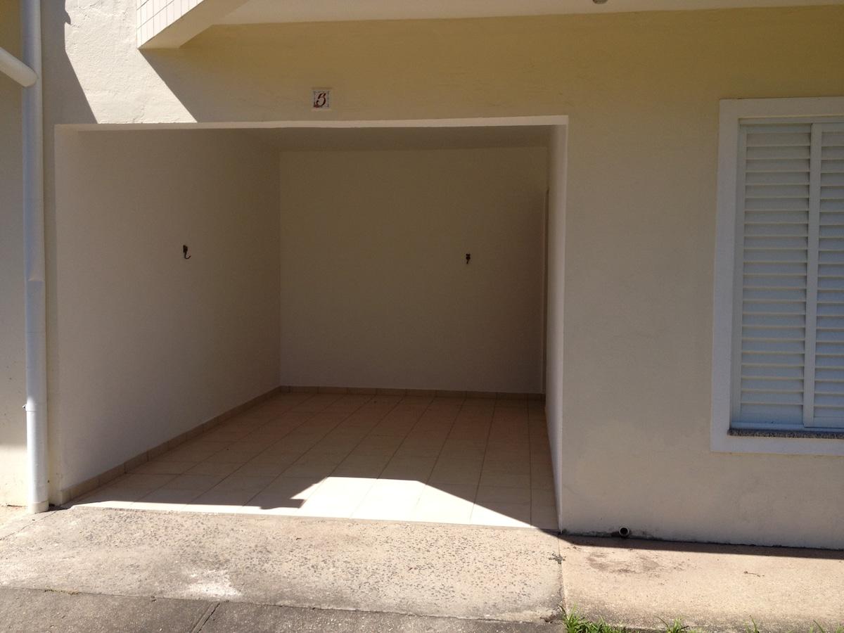 Vista da garagem e acesso para a sala de visitas do apartamento 5