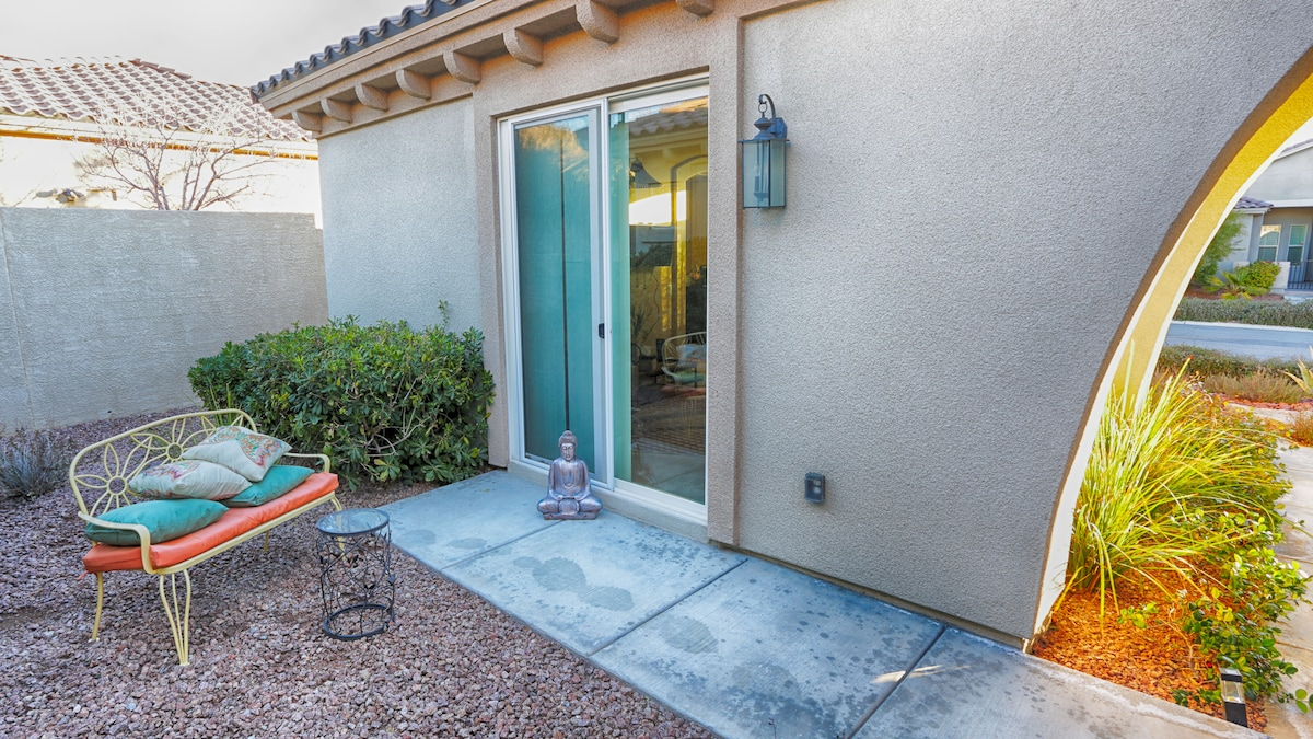 Semi-private courtyard, completely separate guest entrance, sitting area.